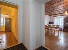 Pohled do kuchyně a společenské místnosti
