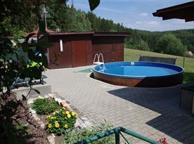 Venkovní bazén s výhledem na okolí