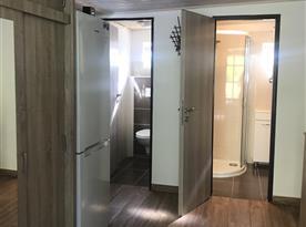 Vstupní chodba. Vstup na oddělenou toaletu, koupelnu se sprchovým koutem.