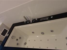 Koupelna s vířivou vanou a saunou