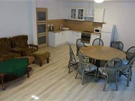 Společenská místnost s kuchyňským a jídelním koutem