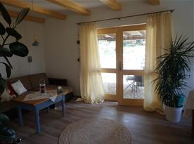 Obývací pokoj se vstupem na terasu