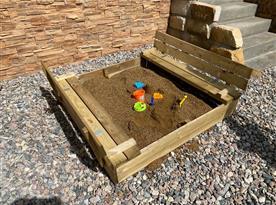 Dětský venkovní koutek s pískovištěm, houpačkami a skluzavkou