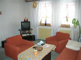 Obývací pokoj s televizí a sedačkou