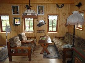 Pohled na sedací soupravu v obývacím pokoji