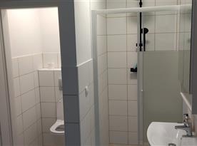 sprchový kout, samostatná toaleta