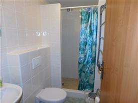 koupelna jedné ze dvou ložnic přízemního apartmánu