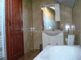 Koupelna s vanou, umyvadlem a WC