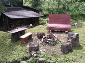 Ohniště s posezením u chaty