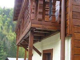 Venkovní pohled na terasu chaty