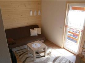 Společenská místnost s rozkládací sedačkou