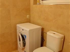 Koupelna s toaletou a pračkou