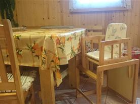 Jídelní stůl s dětskou židličkou