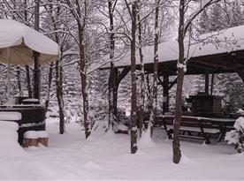 Okolí chaty v zimě