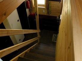 Schody do patra, na chodbě je umístěna pračka