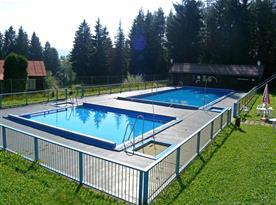 Venkovní bazén u hotelu