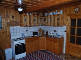 Kuchyně s linkou, sporákem, troubou, mikrovlnou troubou a rychlovarnou konvicí