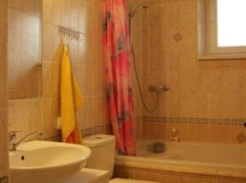 Koupelna s toaletou, vanou a umývadlem