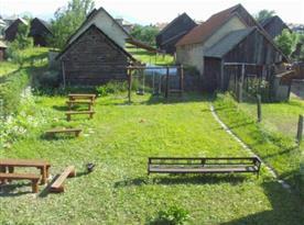 Zatravněná zahrada s posezením
