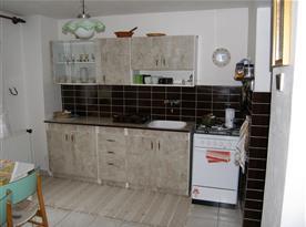 Kuchyně s lednicí, sporákem a rychlovarnou konvicí