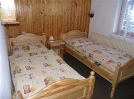 Ložnice A s lůžky, nočními stolky a lampičkami