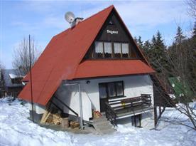 Celkový pohled na chatu ležící v chatové osadě Demänovská Dolina