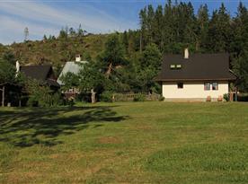 pohľad od lesa na dom a zahradny krb