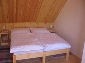 """Podkrovní ložnice """"A"""" s lůžky, nočními stolky a lampičkami"""