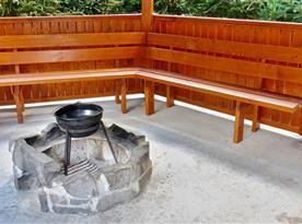 Zastřešený altán s ozvučením, krbem, posezením a otevřeným ohništěm