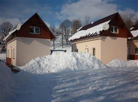 Pohled na chaty v zimním období