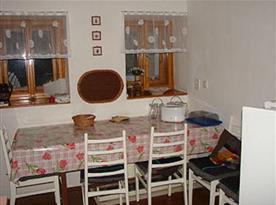 Letní kuchyňka s jídelním koutem, sporákem, lednicí a mikrovlnou troubou