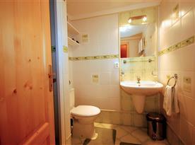 Objekt i. společenská místnost s kuchyňským a jídelním koutem a 2 ložnicemi - koupelna při ložnici 1