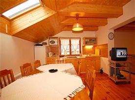 Objekt i. společenská místnost s kuchyňským a jídelním koutem a 2 ložnicemi