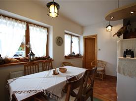Apartmán s vlastním východem na terasu - jídelní kout a vchod do koupelny