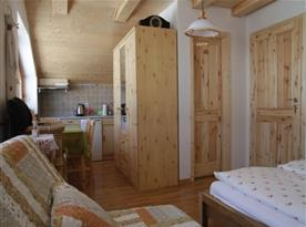 Objekt II.: Apartmán I. - kuchyňský  a jídelní kout s vchodom do koupelny