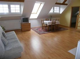Obývací pokoj s pohovkou, skříní a televizorem