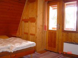 Podkrovní ložnice s lůžky a balkonem