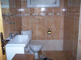 Koupelna s umývadlem a WC