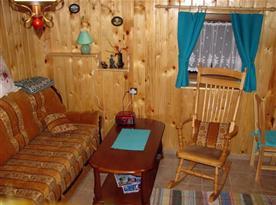 Společenská místnost s gaučem a konferenčním stolkem