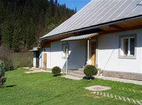 Pohled na chalupu  ze dvora v obci Čierny Balog