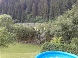 Zatravněná zahrada s bazénem a výhledem