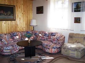 Obývací pokoj se sedací soupravou, stolkem a rozkládacím křeslem
