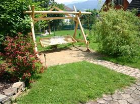Houpačka na zahradě