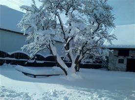 Zimní výhled z chalupy na posezení