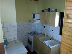 Menší plně vybavená kuchyně
