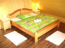 Ložnice s lůžky, nočním stolky a lampičkami