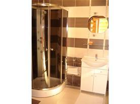 Koupelna se sprchovým koutem, toaletou a umyvadlem