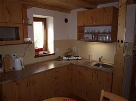 Kuchyně s varnou konvicí, mikrovlnnou troubou a lednicí